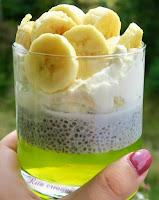 deser z nasionami chia bananami i galaretką