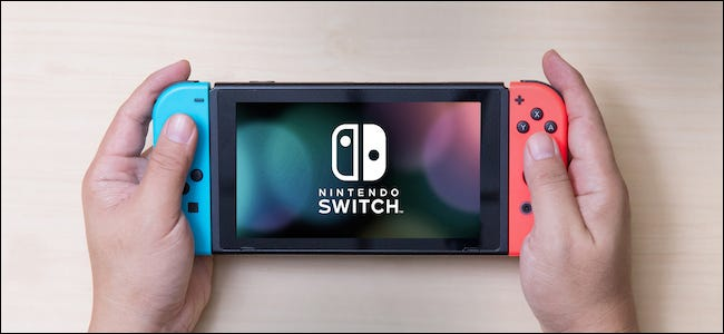 وحدة تحكم Nintendo Switch في اليد