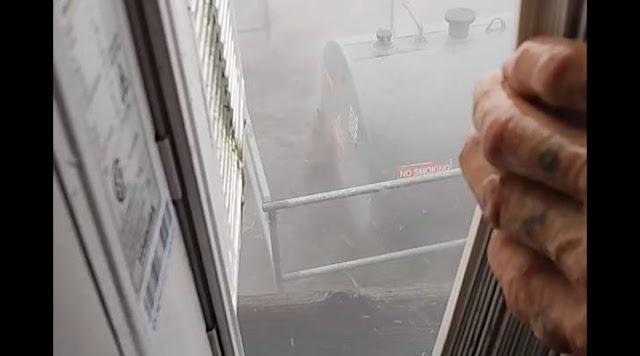 """Рыбак снял, как ураган """"Ида"""" разносит всё за его окном, и эти кадры хуже любого фильма-катастрофы! Видео"""