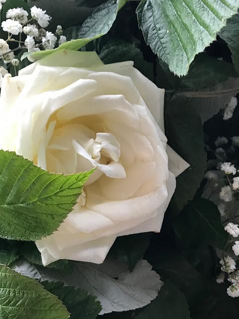 Weiße Rosen und schleierkraut, Hochzeit zu Dritt, kleine Familienhochzeit, Riessersee Hotel Garmisch-Partenkirchen, Bayern, freie Trauung