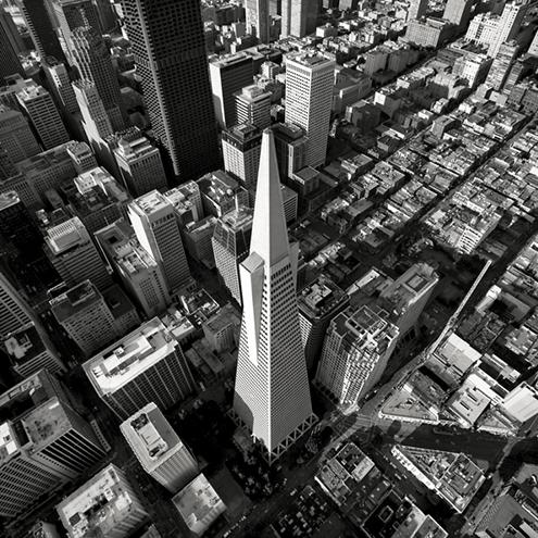 Espectacular vista picado (foto histórica) de la Transamerica Pyramid de San Francisco en blanco y negro