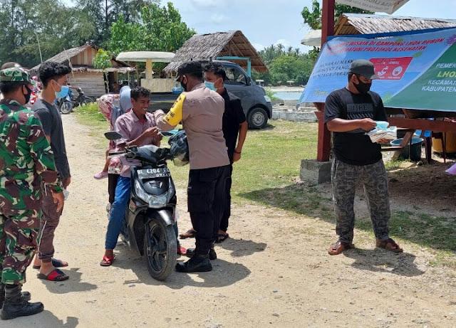 Babinsa Koramil 09/Samatiga Bersama Bhabinkamtibmas Gelar Patroli Penegakan Prokes Di Wisata Pantai Lhok Bubon