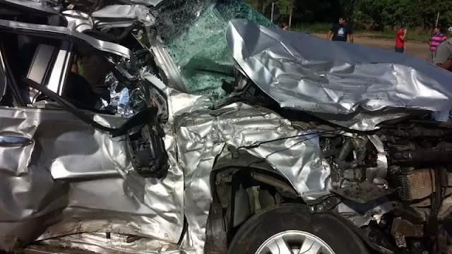 Homem bate caminhonete de frente com carreta em acidente brutal e morre na 364