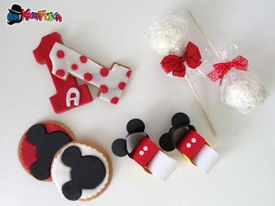 Biscotti di mandorle decorati e altri elementi festa tema topolino