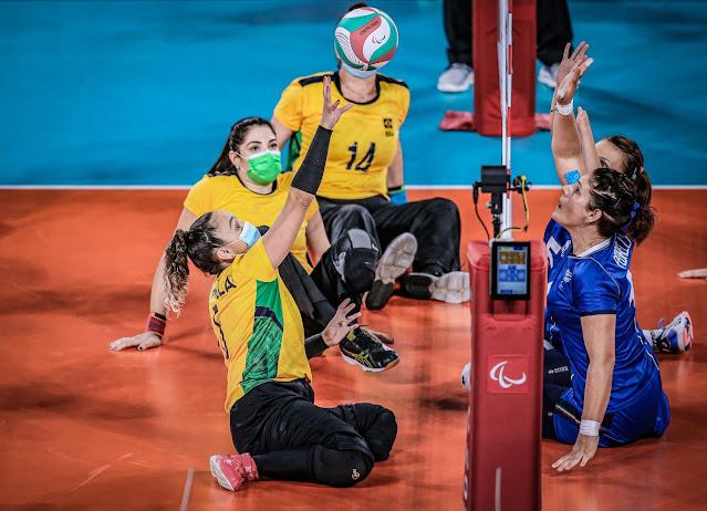 Seleção brasileira atacando uma bola contra a defesa da Itália