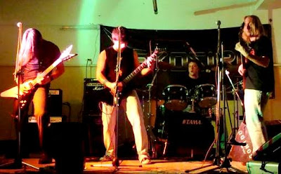 Foto de Cementerio Club tocando en concierto