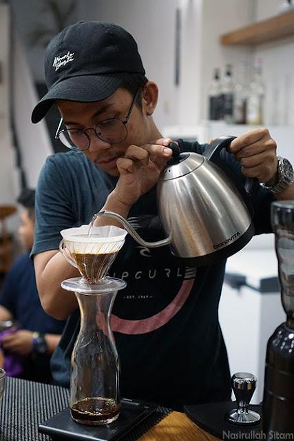 Mas Agus, owner sekaligus barista Candala Coffee