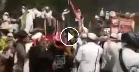 VIDEO: Merinding! Ditembaki Gas Air Mata Berkali-Kali, Peserta Aksi Tetap Lanjutkan Berdoa