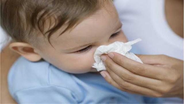 Cara Mengatasi Flu Pada Bayi Secara Alami - Daya tahan tubuh bayi yang belum sempurna, sering membuat bayi mudah terserang flu. Dalam kondisi itu, sebagai orang tua jangan langsung mengambil obat dalam kotak P3K. Kita bisa mengatasi flu pada si bayi dengan cara alami yang tersedia di rumah.