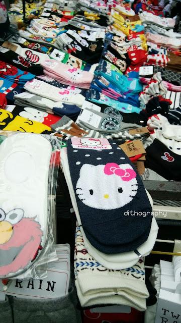 penjual kaos kaki di kaki lima kota seoul korea