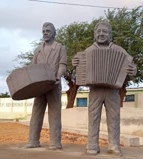 Em Picuí, praça que está sendo edificada no Limeira recebe estatuas dos músicos homenageados