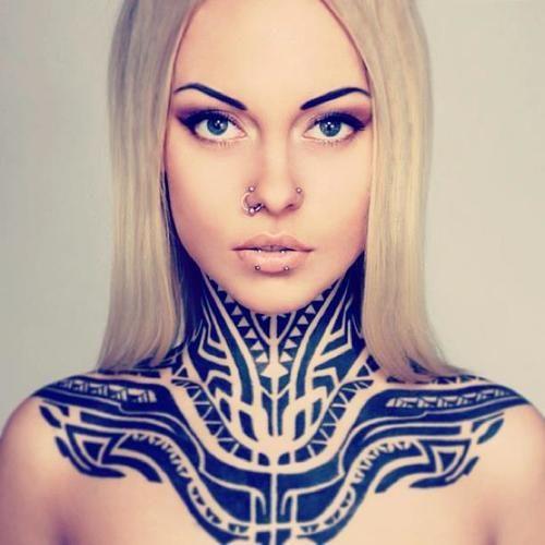 Vemos Tatuaje maori con significado en el cuello para mujer