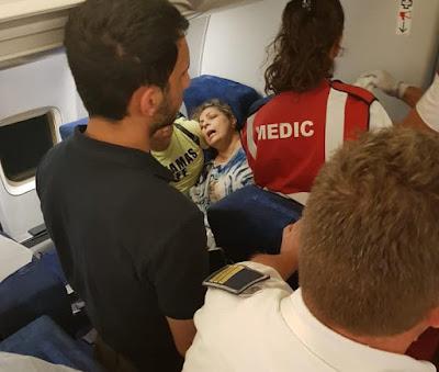 شاهد.. لحظة الاعتداء على مواطن مصري على متن طائرة مطار بوخارست (فيديو)