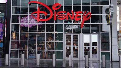 """A Disney anunciou hoje a reabertura, em fases, do seu parque temático em Xangai, a """"capital"""" financeira da China, depois de ter registrado fortes perdas devido ao encerramento dos seus parques em todo o mundo."""