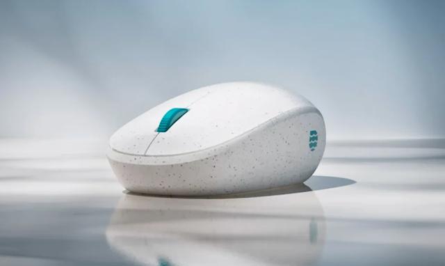أعلنت مايكروسوفت عن فأرة لاسلكية من بلاستيك المحيط المعاد تدويره