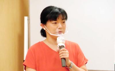 丹波JCPカフェで語るこむら潤さん。