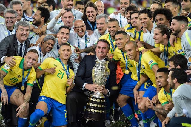 Bolsonaro PÉ QUENTE tira foto com taça e ouve 'mito' de jogadores do Brasil