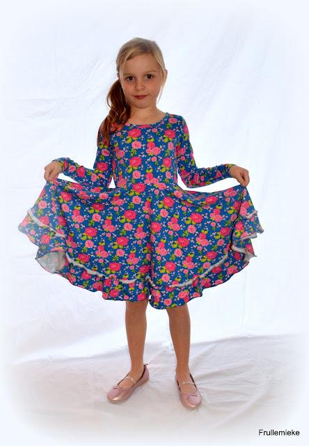 Stoffen: blauwe bloementricot, gekocht bij Megastoffen, maar niet meer  beschikbaar op de website. Lichtgroene tricot van Little Darling, gekocht  bij De ...