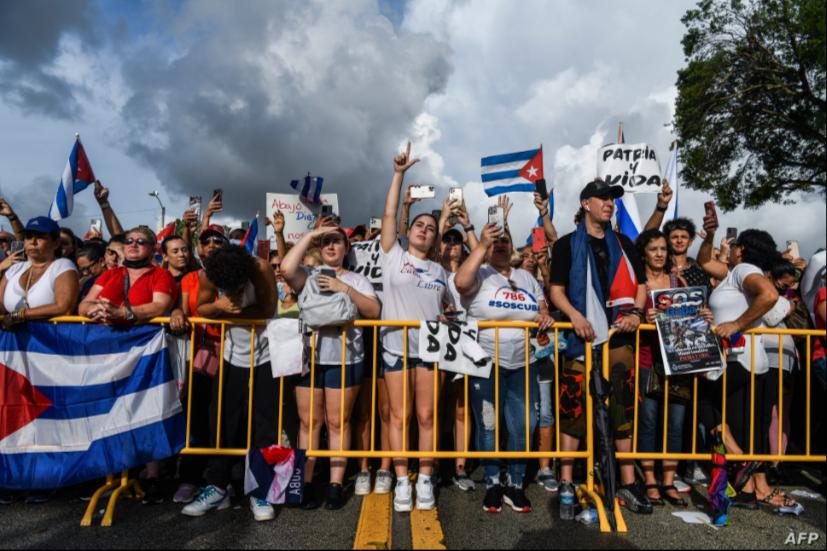Manifestantes muestran su apoyo a los cubanos que se manifiestan contra su gobierno, en Miami, el 14 de julio de 2021 / AFP