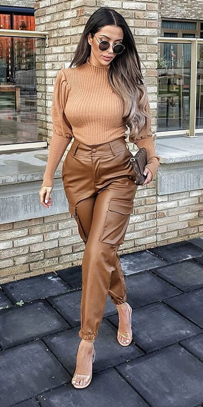 Are you wondering which pieces of clothing are in style this winter? Here we've prepared a complete list of the best winter fashion lookbook. Women's Outfit Ideas via higiggle.com | #winterstyle #fashion #sweater #trouser