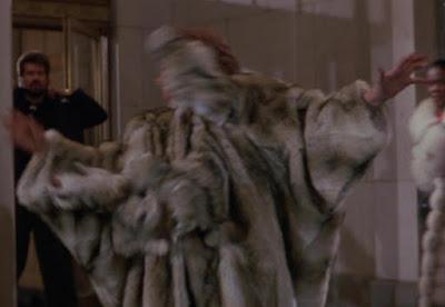 El abrigo poseído iba a salir en la primera película
