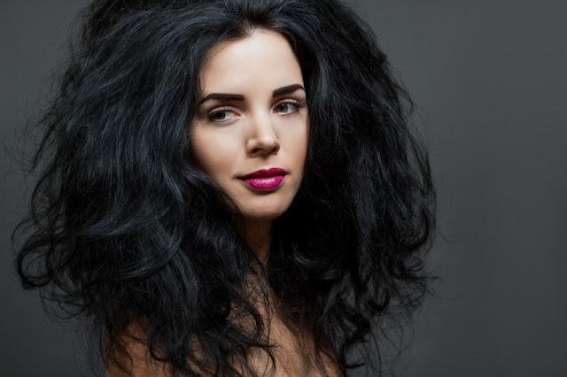 mulher cabelo grosso e volumoso