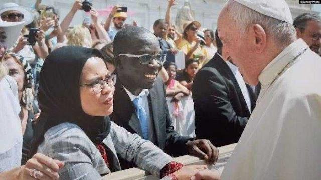 Dewi, Perempuan Muslim Indonesia yang Berjabat Tangan dengan Paus Fransiskus