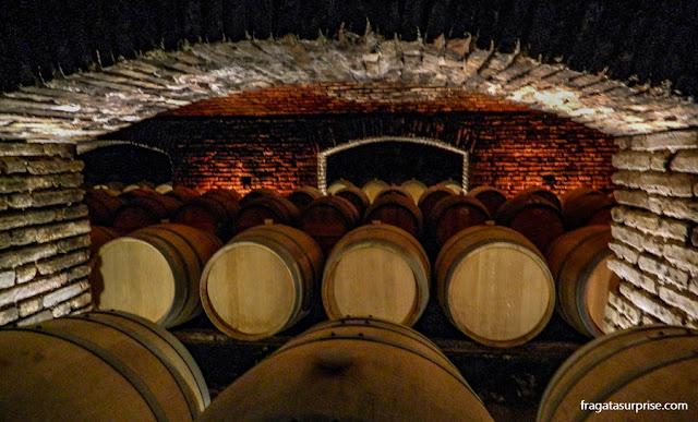 """Tonéis de vinho guardados na """"bodega mal-assombrada"""" da Vinícola Concha y Toro"""
