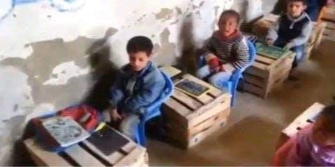 هذه حقيقة صورة التلاميذ و الصناديق الخشبية التي تروج بالفيسبوك