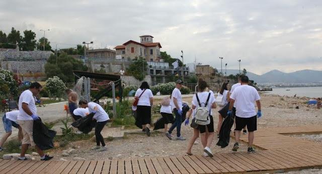 Καθαρισμός στη πλαζ  Βοτσαλάκια από εθελοντές της «KFC»