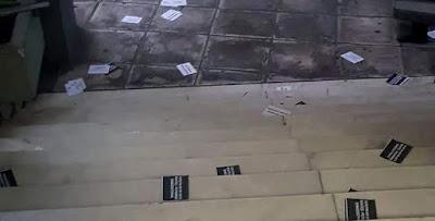 Tρικάκια και συνθήματα στα γραφεία της «Δημοκρατίας»