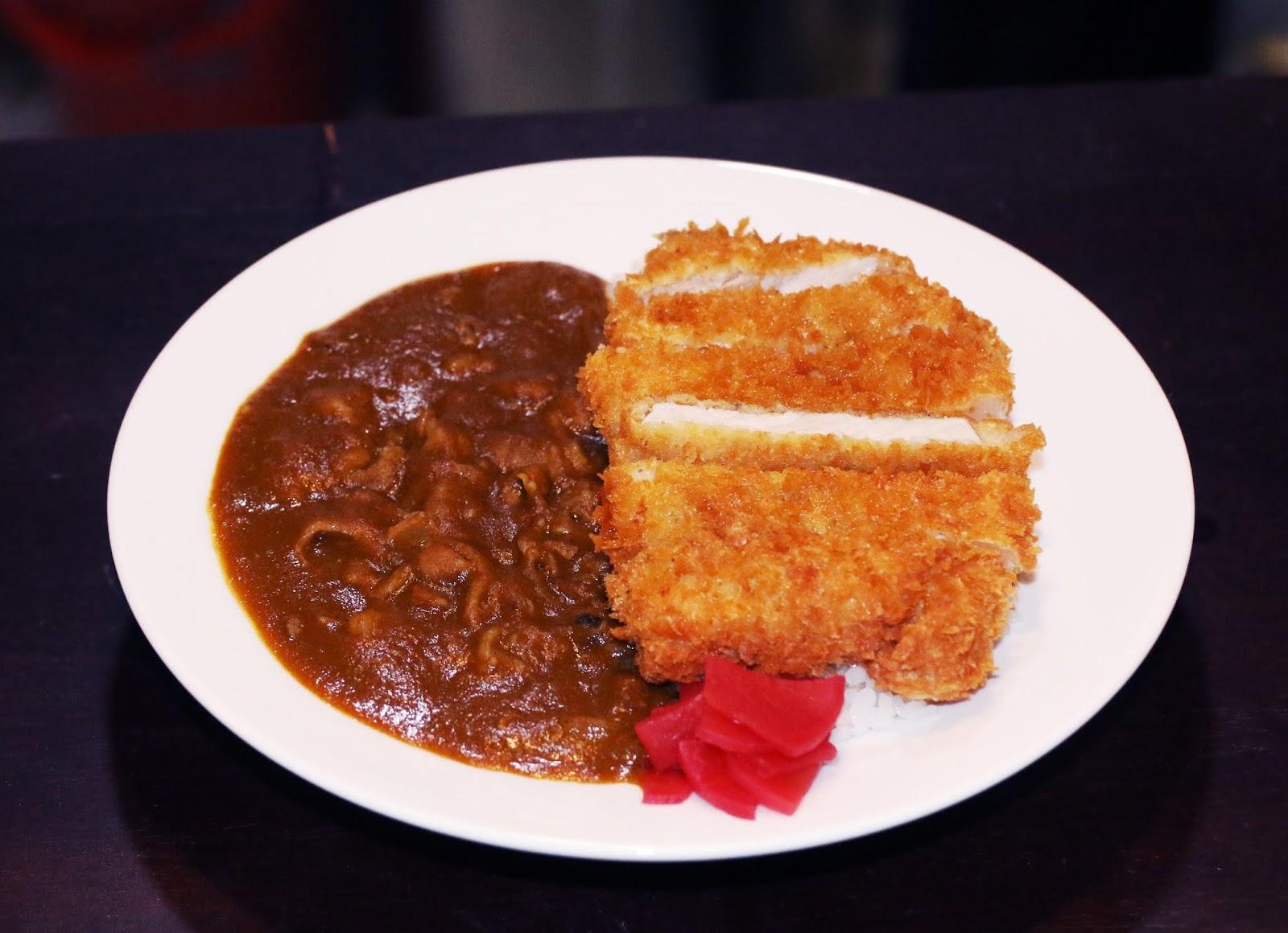Curry with rice pork (cơm cari với thịt heo chiên)