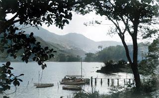 perahu dermaga dan keindahan alam danau toba