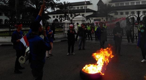 Aksi Maha Siswa Unikom di Gedung Sate