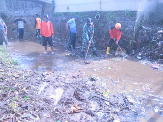 Antisipasi Banjir Babinsa Dan Relawan Bersihkan Aliran Sungai