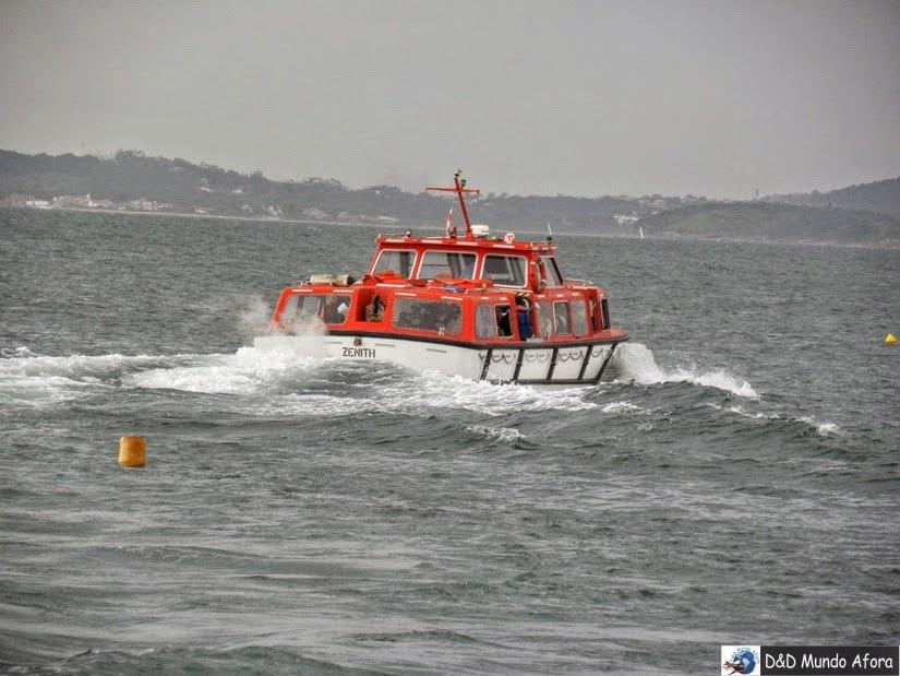 Barco que leva passageiros do navio até a praia