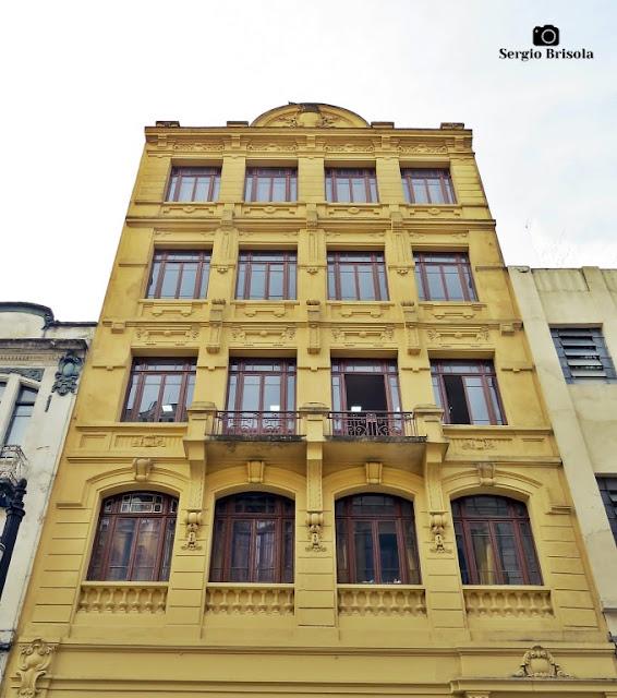 Vista ampla da fachada de um Prédio antigo na Rua Roberto Simonsen 94-95 - Centro Histórico de São Paulo