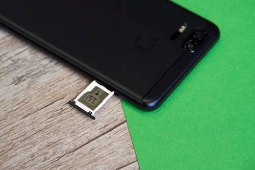Um pequeno, porém irritante, problema do ZenFone 3 Zoom é a sua gaveta compartilhada para chips de operadora e cartões micro SD