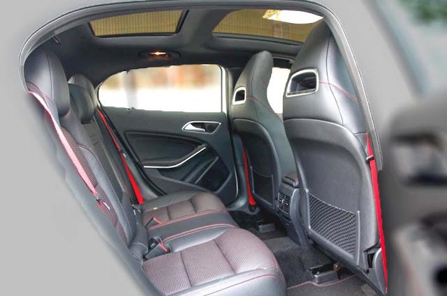 Băng sau Mercedes AMG GLA 45 4MATIC 2017 thiết kế rộng rãi và thoải mái.