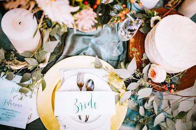 Mesa de boda con decoración profusa