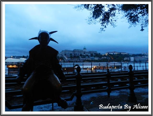 Ungaria-Budapesta-malul-Dunarii-statuie-clovn