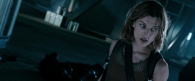 Alice (Milla Jovovich) kriegt die nächste Identität verpaßt.