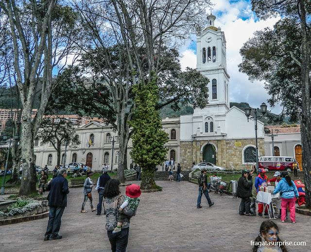 A praça principal de Usaquén e a Igreja de Santa Bárbara, do Século 17, em Bogotá