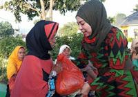 Sisir Sejumlah Desa di Woha, Srikandi DPRD NTB Ini Berbagi Ratusan Paket Sembako