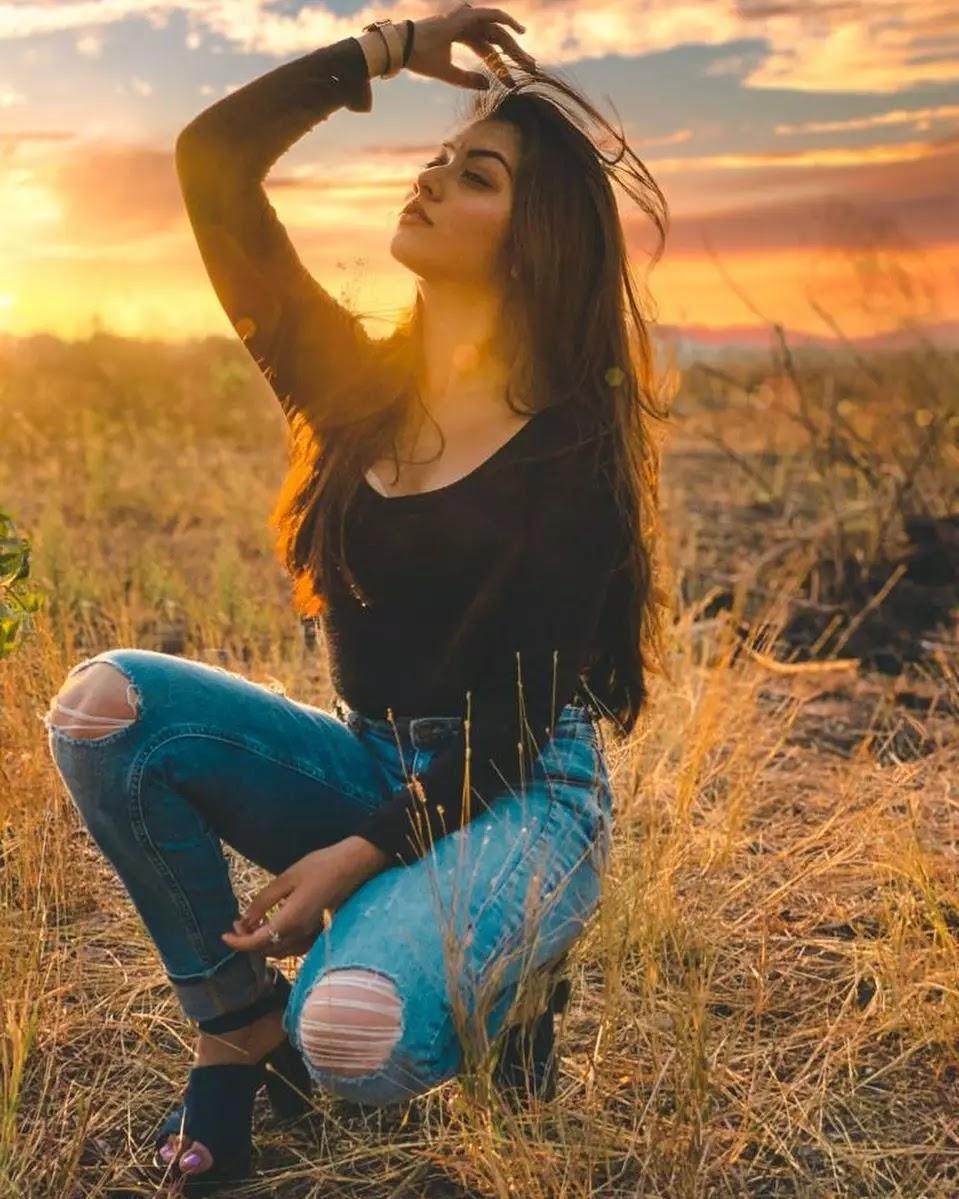 reem shaikh photo in damage jeans