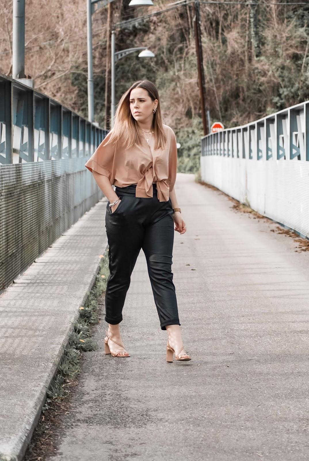Outfit con pantalones de polipiel de FemmeLuxe
