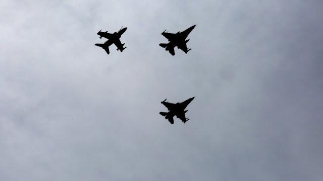 Οι διελεύσεις αεροσκαφών και ελικοπτέρων πάνω από την Ακρόπολη για την 28η Οκτωβρίου (βίντεο)
