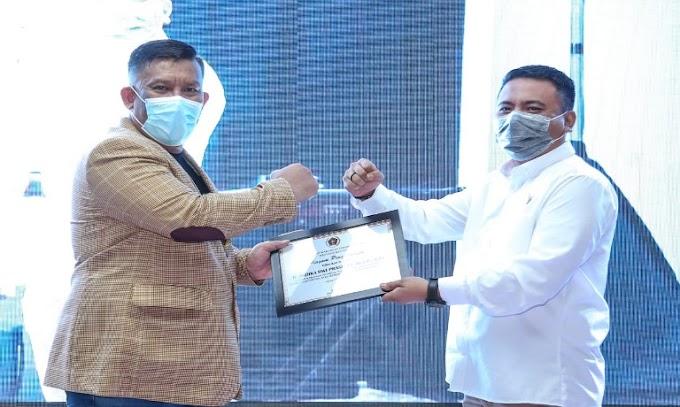 Dinilai Komunikatif, R. Andika Dwi Prasetya Diganjar Penghargaan KIP dari PWI Banten