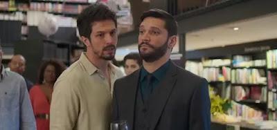 Marcos (Romulo Estrela) em cena com Diogo (Armando Babaioff)