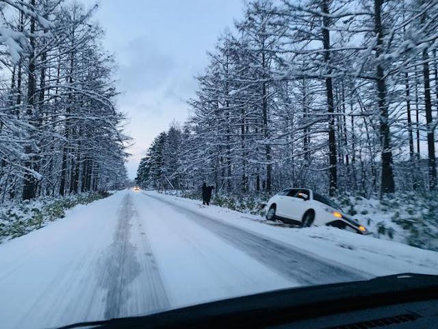 雪地自駕失控滑落邊坡